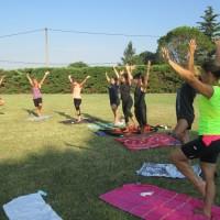 C'est l'été : séance de Yoga sur le stade !