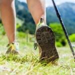 16724434-randonn-e-femme-dans-les-montagnes-l-aventure-et-l-exercice-marche-nordique-sous-le-soleil-de-l-t-na