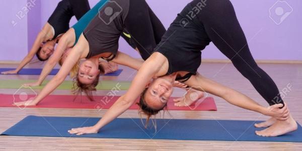 35057096-bikram-yoga-hot-classe-instructeur-avec-les-étudiants